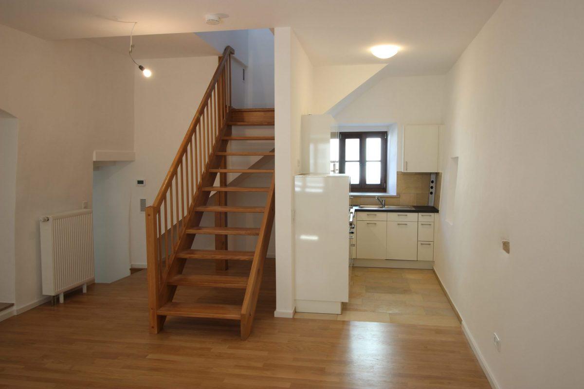 Treppenbau: Holztreppe in denkmalgeschützter Altbauwohnung in Regensburg